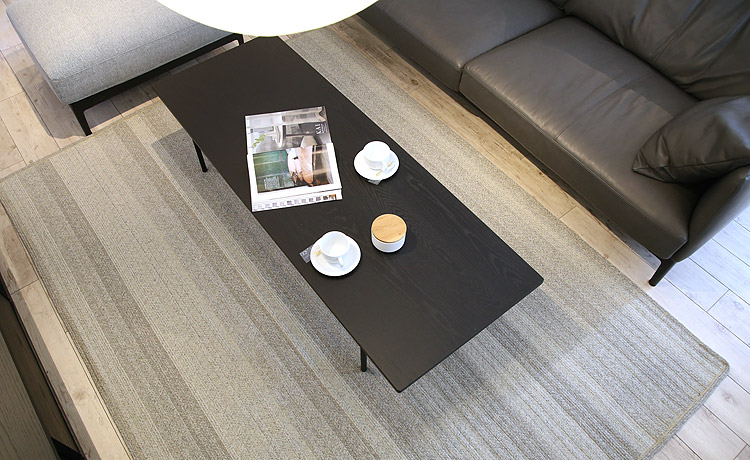 リビングで使い、コーヒーを飲むときに便利なリビングテーブル